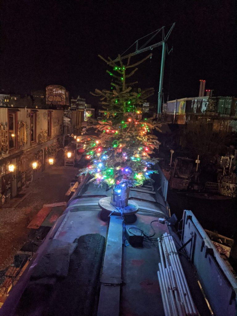 RGB Weihnachtsbaum auf der Erfindergarden Tram.